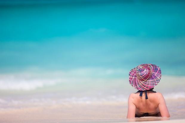 Mulher relaxada na praia