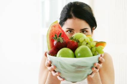 Evitar alimentos que te provoquem gases pode ajudar a diminuir os gases e as cólicas do seu filho.