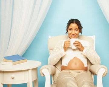 grávida com xícara de café2