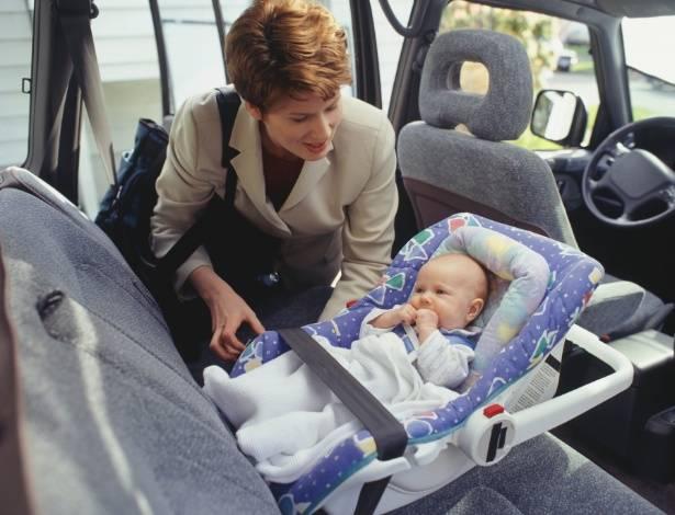 Cadeirinhas do tipo bebê conforto e poltronas reversíveis devem ficar preferencialmente viradas para a traseira do veículo.