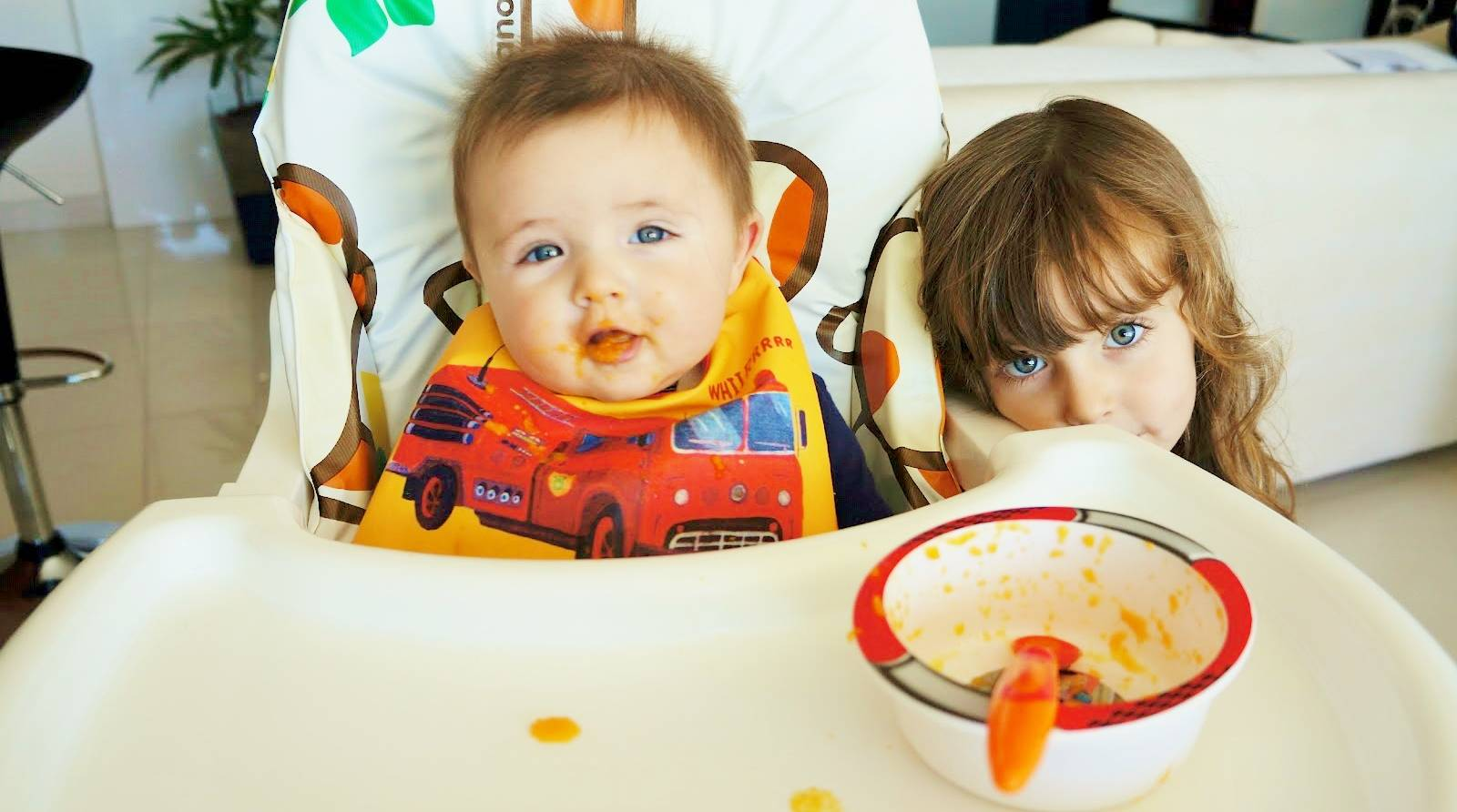 Incluir seu filho mais velho nas atividades que envolvem seu novo bebê, como dar uma papinha, pode trazer mais entrosamento entre eles.