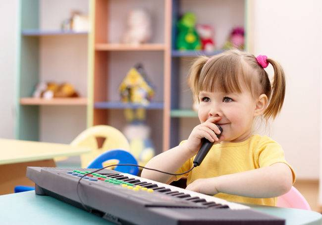 bebê no teclado