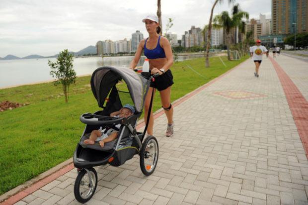 mamãe fazendo cooper e levando seu bebê pra passear